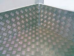 С внутренней стороны лист гладкий, без выступов. Функциональная поверхность содержит выпуклый рисунок.