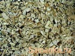 Получают щепу в специальных машинах, перерабатывая и измельчая лесозаготовительные отходы