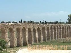 Акведук это мост для воды, что собственно и отражено в его названии, aqua – вода и duco – веду