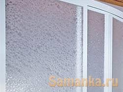 Применяется узорчатое стекло как декоративный элемент отделки помещений, устанавливаемое при остеклении дверей и окон, в ширмах и перегородках
