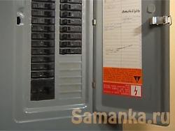 Свое название щитовая комната получила из-за прикрывающего от случайного прикосновения к токоведущим проводам и шинам защитного экрана - щита